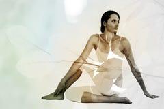 Immagine composita della donna di misura che fa la mezza posa spinale di torsione nello studio di forma fisica Immagine Stock