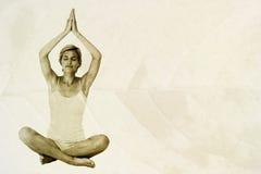 Immagine composita della donna di misura che fa yoga Immagini Stock
