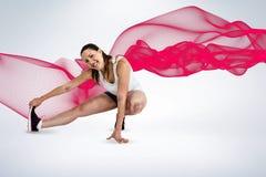 Immagine composita della donna felice dell'atleta che allunga il suo tendine del ginocchio Fotografia Stock Libera da Diritti