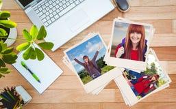 Immagine composita della donna sorridente dei pantaloni a vita bassa con una borsa di viaggio che prende selfie Fotografia Stock