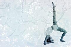 Immagine composita della donna sportiva che allunga corpo con la gamba sollevata Fotografia Stock