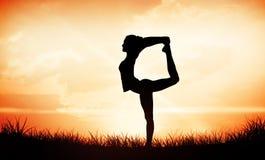 Immagine composita della donna sportiva che allunga corpo mentre equilibrando su una gamba Immagine Stock