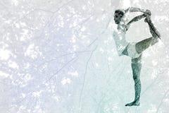 Immagine composita della donna sportiva che allunga corpo mentre equilibrando su una gamba Immagini Stock Libere da Diritti