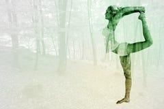 Immagine composita della donna sportiva che allunga corpo mentre equilibrando su una gamba Fotografia Stock