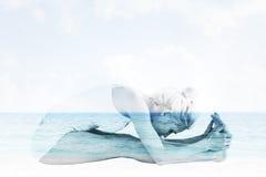Immagine composita della donna tonificata che fa la posa di paschimottanasana Fotografia Stock