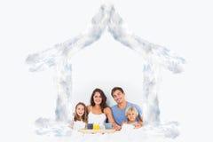 Immagine composita della famiglia che prende la prima colazione sul letto Fotografia Stock Libera da Diritti
