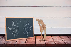Immagine composita della figurina di legno danneggiata 3d che sta con le mani sul ginocchio Fotografie Stock Libere da Diritti