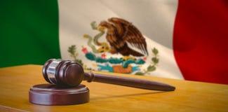 Immagine composita della fine su del martelletto sulla tavola Fotografia Stock Libera da Diritti