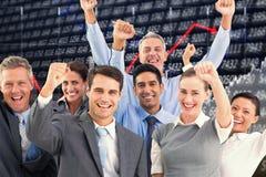 Immagine composita della gente di affari che incoraggia nell'ufficio Fotografie Stock
