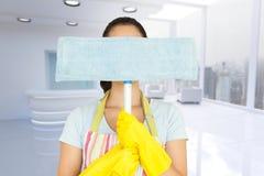 Immagine composita della giovane donna che si nasconde dietro la zazzera Immagini Stock Libere da Diritti