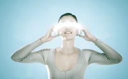 Immagine composita della giovane donna che usando i video vetri virtuali Fotografia Stock Libera da Diritti