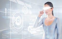 Immagine composita della giovane donna che usando i video vetri virtuali Fotografie Stock Libere da Diritti