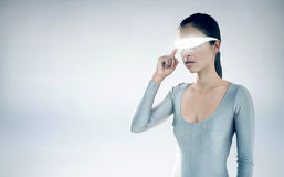 Immagine composita della giovane donna che usando i video vetri virtuali Immagine Stock Libera da Diritti
