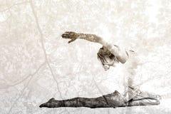 Immagine composita della giovane donna tonificata che allunga le mani indietro Fotografia Stock