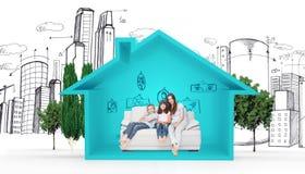 Immagine composita della madre con i loro bambini che si siedono sul sofà illustrazione di stock