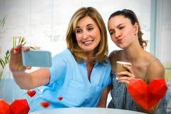 Immagine composita della madre e della figlia con i cuori 3d dei biglietti di S. Valentino Fotografia Stock