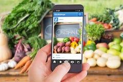 Immagine composita della mano femminile che tiene uno smartphone Fotografia Stock