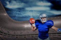 Immagine composita della palla di lancio seria del giocatore di football americano fotografia stock libera da diritti