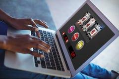 Immagine composita della posta dello slot machine su esposizione mobile Immagini Stock