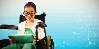Immagine composita della ragazza che esamina compressa digitale Immagine Stock