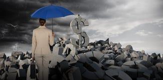 Immagine composita della retrovisione della donna di affari che porta ombrello blu Fotografia Stock