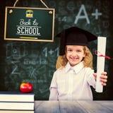 Immagine composita della scolara sorridente con il cappuccio e la tenuta di graduazione del suo diploma Fotografie Stock