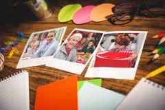Immagine composita della vista dell'angolo alto degli articoli per ufficio e delle foto istantanee in bianco Fotografia Stock Libera da Diritti