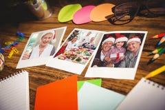 Immagine composita della vista dell'angolo alto degli articoli per ufficio e delle foto istantanee in bianco Fotografie Stock