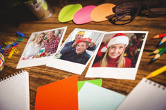 Immagine composita della vista dell'angolo alto degli articoli per ufficio e delle foto istantanee in bianco Immagini Stock Libere da Diritti