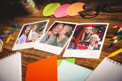 Immagine composita della vista dell'angolo alto degli articoli per ufficio e delle foto istantanee in bianco Immagine Stock Libera da Diritti