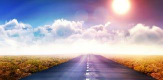 Immagine composita della vista idilliaca del sole luminoso sopra le nuvole durante il giorno soleggiato Immagini Stock