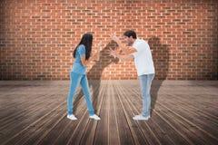 Immagine composita delle coppie arrabbiate che gridano ad a vicenda Immagine Stock