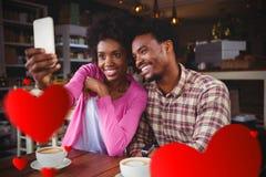 Immagine composita delle coppie che prendono caffè ed i biglietti di S. Valentino cuori 3d Immagini Stock