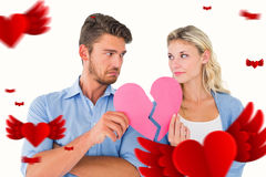 Immagine composita delle coppie che tengono due metà di cuore rotto Fotografia Stock