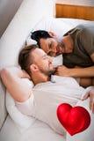 Immagine composita delle coppie degli uomini e del cuore rosso 3d Fotografia Stock Libera da Diritti