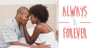 Immagine composita delle coppie felici che mostrano affetto sul letto Fotografia Stock Libera da Diritti