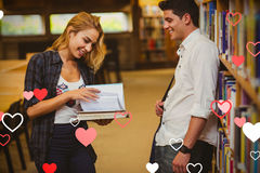 Immagine composita delle coppie nei cuori 3d dei biglietti di S. Valentino e delle biblioteche Immagini Stock