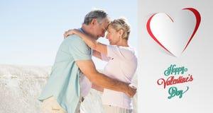 Immagine composita delle coppie senior felici che abbracciano sul pilastro Fotografia Stock