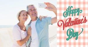 Immagine composita delle coppie senior felici che posano per un selfie Fotografie Stock Libere da Diritti