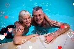 Immagine composita delle coppie senior nei cuori 3d dei biglietti di S. Valentino e dello stagno Immagine Stock