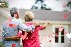 Immagine composita delle coppie senior prima dei cuori 3d dei biglietti di S. Valentino e della casa Immagini Stock