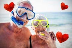 Immagine composita delle coppie senior sulla spiaggia e sui cuori 3d Fotografie Stock Libere da Diritti