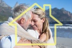 Immagine composita delle coppie sorridenti che si siedono sulla spiaggia sotto la coperta Immagine Stock Libera da Diritti