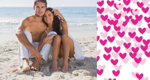 Immagine composita delle coppie stringenti a sé che sorridono alla macchina fotografica Fotografia Stock