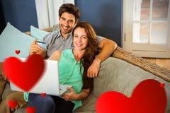 Immagine composita delle coppie sui cuori 3d dei biglietti di S. Valentino e del sofà Fotografie Stock