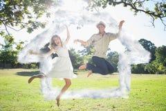 Immagine composita delle coppie sveglie che saltano insieme nel parco Fotografie Stock