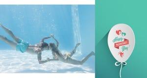 Immagine composita delle coppie sveglie che si tengono per mano underwater nella piscina Fotografia Stock