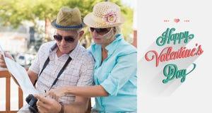Immagine composita delle coppie turistiche felici che esaminano mappa nella città Fotografie Stock Libere da Diritti