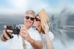 Immagine composita delle coppie vacationing che prendono foto Fotografie Stock Libere da Diritti