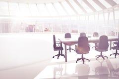 Immagine composita delle sedie e della tavola vuote dell'ufficio Fotografie Stock Libere da Diritti